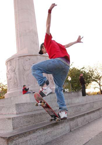 Skating om the Logan Square monument